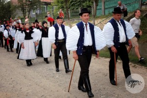 Hungarian-wedding-custom--tourist-wedding