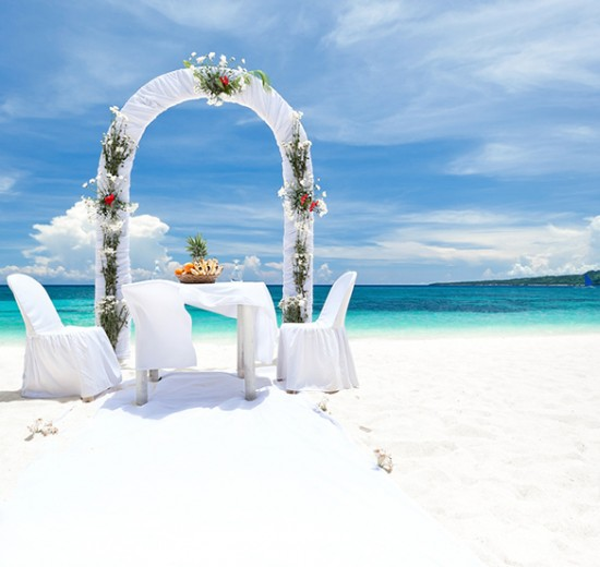 Hawaii-wedding---Bigstockphoto---Tourist-Wedding---Copyright---pashapixel